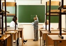 小学生在半空的教室 库存图片