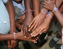 小学生显示他们新的友谊镯子 免版税图库摄影
