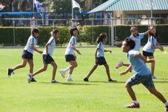 小学生给他们的肌肉加热在期间户外运动c 免版税库存图片