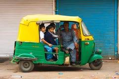 小学生运输自动人力车 免版税图库摄影