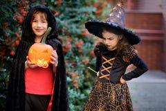 小学年龄的孩子在服装打扮为万圣夜 免版税库存图片