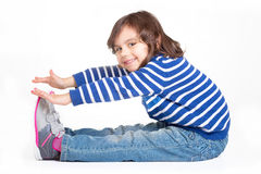 小孩佩带的体育鞋子 免版税库存照片