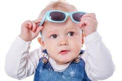 小孩佩带的太阳镜 免版税库存图片