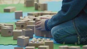 小孩使用与与孔的木砖的和弧室外在城市停放 股票录像