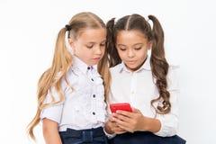 小孩依靠手机 女孩与手机的文本sms 取决于 免版税库存照片