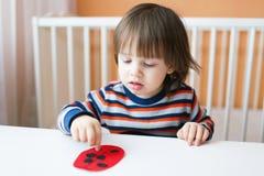 小孩做了纸瓢虫 免版税库存照片