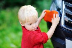 小孩儿子洗涤的fathers& x27; s汽车 免版税图库摄影