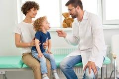小孩儿访问的儿科医生 库存图片