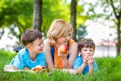 小孩叮咬新鲜的苹果 图库摄影