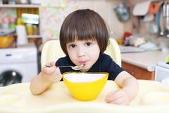 小孩吃汤 图库摄影