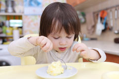 小孩吃煎蛋卷 免版税库存图片