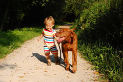 小孩和他的狗 免版税库存图片
