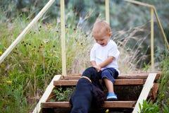 小孩和狗 免版税库存图片