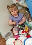小孩在厨房里 免版税库存照片