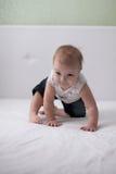 小孩在床,第一颗牙上的笑婴孩 库存照片