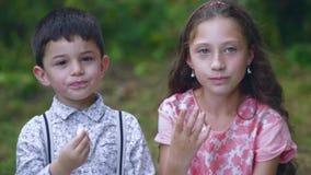 小孩在庭院里吃甜点 股票录像
