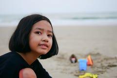 小孩在海滩的戏剧玩具 库存照片