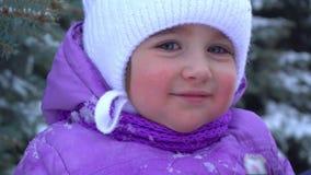 小孩在街道上站立在冬天并且微笑 影视素材