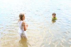 小孩在水中 图库摄影