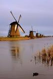 小孩堤防风车在荷兰,荷兰。 免版税库存图片