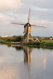 小孩堤防风车联合国科教文组织遗产荷兰 免版税库存照片