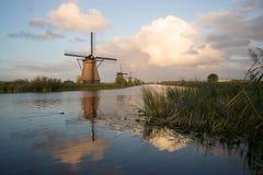 小孩堤防风车联合国科教文组织遗产荷兰 免版税图库摄影