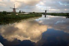 小孩堤防风车联合国科教文组织遗产荷兰 免版税库存图片