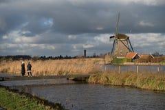 小孩堤防,荷兰风车  免版税库存图片
