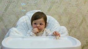 小孩女孩吃蜜桔切片以胃口,并且抓住肥皂泡 股票录像