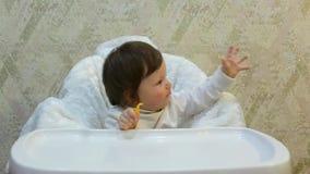 小孩女孩吃蜜桔切片以胃口,并且抓住肥皂泡 影视素材
