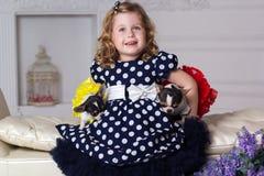 小孩女孩拿着两条狗 免版税库存图片