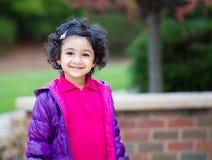 小孩女孩的室外画象 免版税图库摄影