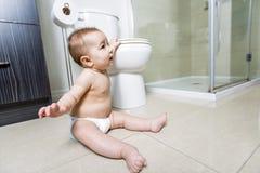 小孩婴孩洗手间在卫生间里 图库摄影