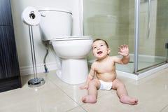 小孩婴孩洗手间在卫生间里 免版税库存图片