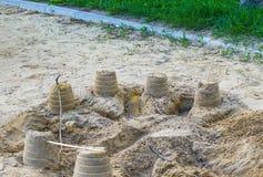 小孩子修造的沙子城堡 库存图片