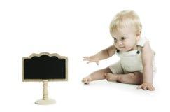 小孩子和一个空的黑板 库存图片