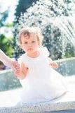 小孩子和飞溅喷泉 库存图片
