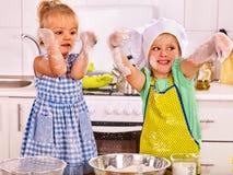 小孩子在厨房的儿童早餐 免版税库存照片