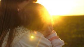 小孩子在姐姐的胳膊睡觉日落的金黄光芒的 股票视频