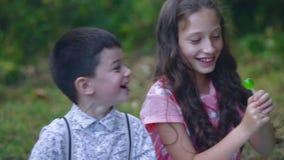 小孩子在庭院里吃甜点 股票录像