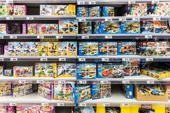小孩子的乐高玩具超级市场立场的 免版税库存图片