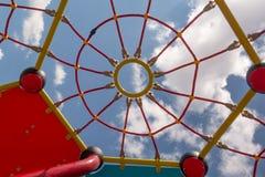 小孩子的迷宫,相似与在蓝天的背景的一张蜘蛛网在一个明亮的晴天 免版税库存照片