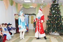 小孩子看起来圣诞老人跳舞在度假在幼儿园-俄罗斯,莫斯科, 2016年12月17日 库存照片