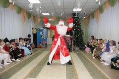 小孩子看起来圣诞老人跳舞在度假在幼儿园-俄罗斯,莫斯科, 2016年12月17日 免版税图库摄影