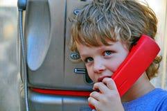 小孩子谈话由电话 免版税库存照片
