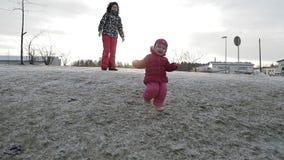 小孩子跑在小山下并且跌倒慢动作 影视素材
