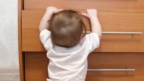 小孩子,在儿童居室学会走,拿着壁橱把柄, 股票录像