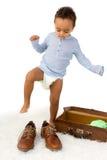 小孩尝试的爸爸的鞋子 免版税库存照片