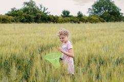 小孩捉住的蝴蝶 图库摄影