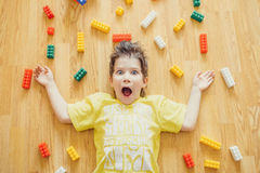 小孩放置与五颜六色的塑料块 免版税库存照片